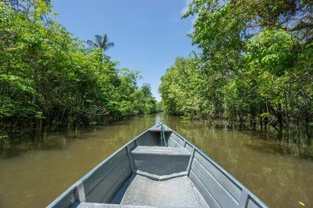 rio amazonas: Barco sobre el canal en R�o Negro, el r�o Amazonas, Brasil Foto de archivo