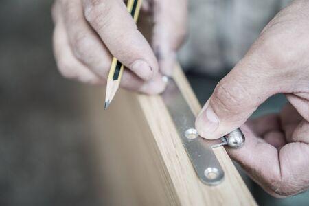 carpintero: Primer del carpintero con l�piz trabajando en puerta Foto de archivo
