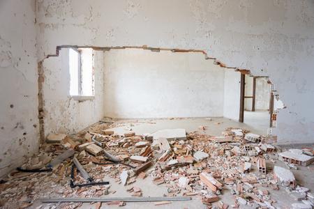 pared rota: Abandonado y casa en ruinas. Foto de archivo