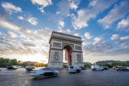 Arc de Triomphe and blurred traffic at sunset Imagens
