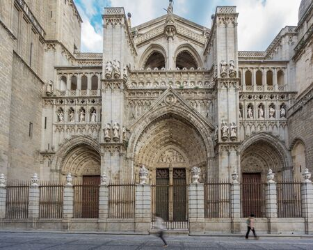 the medieval: Side view of Toledo Cathedral, wide angle, Spain Foto de archivo