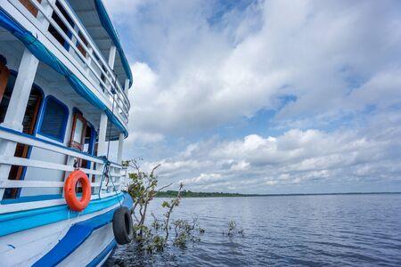 rio amazonas: Vista amplia del barco tur�stico en el r�o Amazonas con el cielo nublado