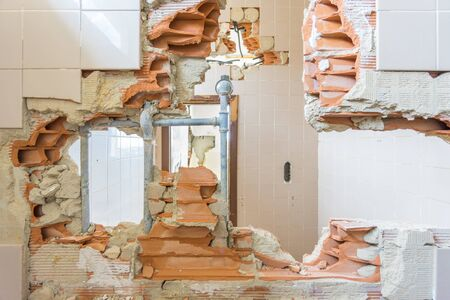 muro rotto: Interno della casa abbandonata e in rovina con muro rotto e buco