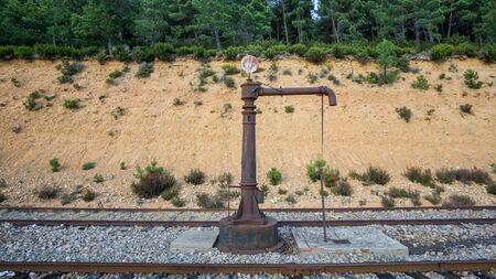 bomba de agua: Vista detallada de la bomba de agua del ferrocarril de la vendimia cerca de ferrocarril