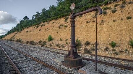 bomba de agua: Vista detallada de la bomba de agua del ferrocarril de la vendimia y el ferrocarril Foto de archivo