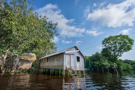 rio amazonas: Ultra amplio ángulo de vista de la casa de madera construida en la selva amazónica sobre el río negro, Brasil