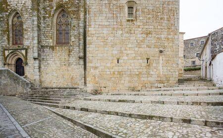 empedrado: D�a nublado en Trujillo con la calle pavimentada y escaleras de piedra, Espa�a