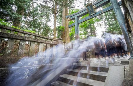 subiendo escaleras: Amplia vista de los alumnos borrosas visitar templo japon�s, subir escaleras, visi�n trasera