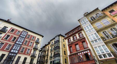 case colorate: Vista dal basso di case colorate a Bilbao centro