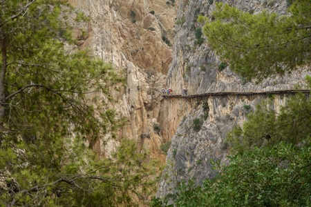 plan éloigné: Long shot of Foothpath El Caminito del Rey (Kings Little Path), with tourists, one of the most Dangerous in the world Banque d'images