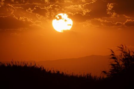 plan éloigné: Frappe du coucher de soleil sur les montagnes profil, ciel orange Banque d'images