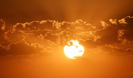 plan éloigné: Frappe du coucher de soleil sur les nuages, ciel orange
