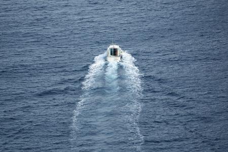 plan éloigné: Long shot of small boat navigating, clam sea