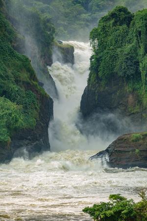 ウガンダ、メインのビューの垂直方向のマーチソン滝に落ちる