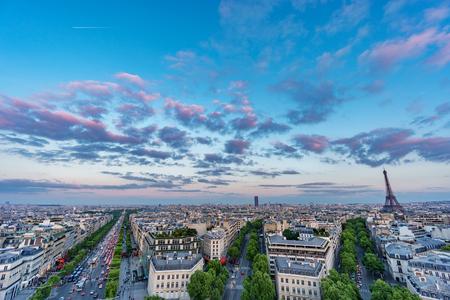 sacre coeur: Skyline de Paris avec Champs-Elysées et de la Tour Eiffel au coucher du soleil
