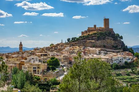 アリカンテ、スペインの町の上の丘の上で Biar 城