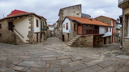 典型的な石造りの通りがあるガリシアの村 Allariz