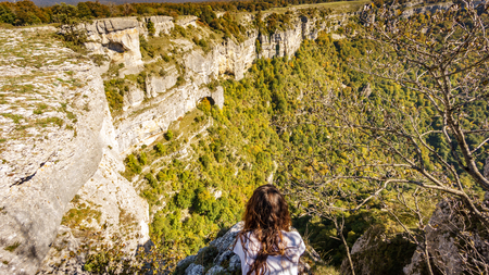 Woman at the edge of deep precipice Foto de archivo
