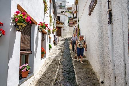 PAMPANEIRA, SPAGNA - 25 GIUGNO 2016: Gli anziani non identificati camminano lungo le vie di Pampaneira in Alpujarra di Granada, Spagna