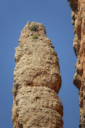 Mallos de Riglos El Puro a Huesca contro il cielo blu, primo piano