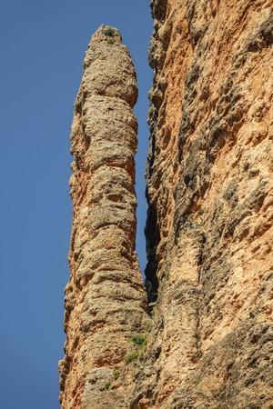 Mallos de Riglos El Puro a Huesca contro il cielo blu Archivio Fotografico