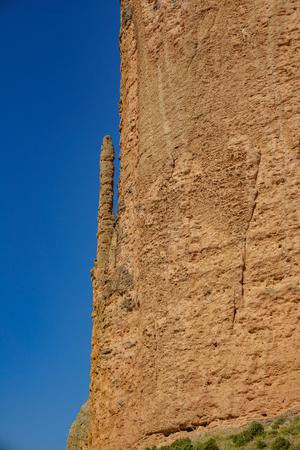 Mallos de Riglos con El Puro contro il cielo blu