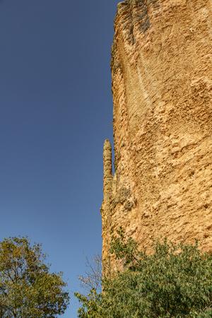 El Puro e alte montagne in mallos de Riglos con cielo blu
