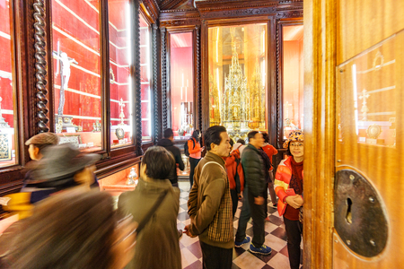 TOLEDO, SPAIN - MARCH, 2015: Unidentified people visit Toledo cathedral museum in Toledo, Spain 新聞圖片