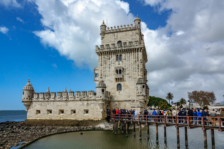 LISBON, PORTUGAL - APRIL 4, 2018. Crowd of tourists at Belem Tower, famous tourist attraction in Lisbon, Portugal. Banque d'images - 105184060