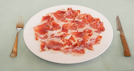 dry-cured ham slices on plate in restaurant Banque d'images