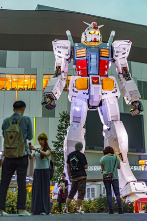 TOKYO, JAPAN- MAY 31, 2015: Unidentified tourists visit Gundam robot in the island of Odaiba at night in Tokyo, Japan 新聞圖片