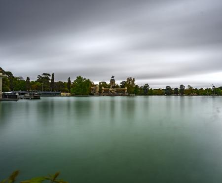 Vista de perfil de exposición ultralarga del estanque El Retiro bajo la tormenta Foto de archivo