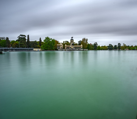 Ultra long exposure profile of El Retiro lake under the storm 스톡 콘텐츠