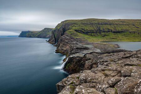 Bosdalafossur waterfall and coastline long exposure, Faroe Islands Stockfoto