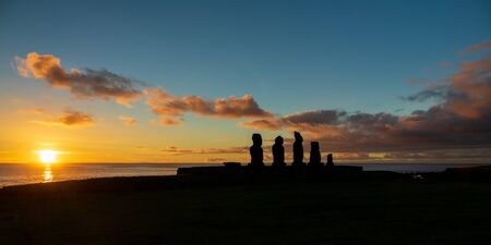 Sunset and Ahu Tahai moai platform in Easter Island Imagens