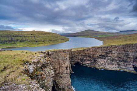 Sorvagsvatn lake cliffs over the ocean in Faroe Islands Imagens