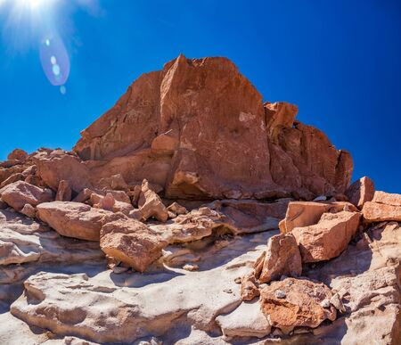 Huge stone with petroglyphs under the sun in Atacama, Chile Imagens