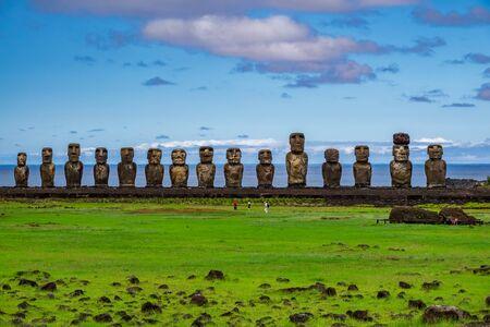 Ahu tongariki moai platform with very few tourists Banque d'images