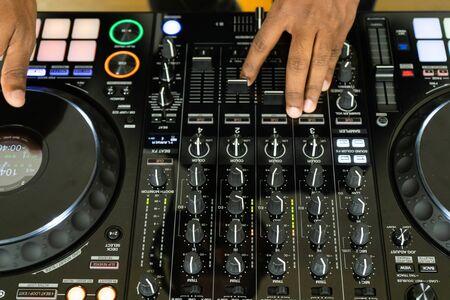 Il dj mescola la traccia in discoteca alla festa Archivio Fotografico