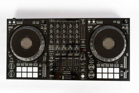 Controller audio moderno nero e cuffie professionali. Set di strumenti per DJ. Vista dall'alto