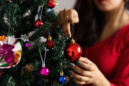 Hermoso árbol de Navidad aislado sobre fondo blanco. Foto de archivo