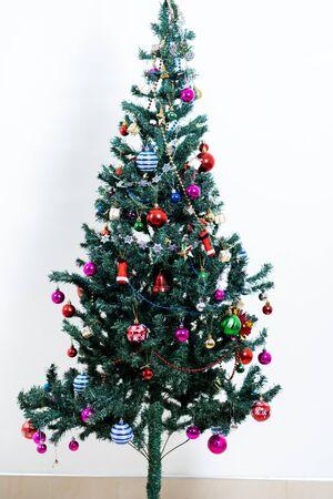 Schöner Weihnachtsbaum lokalisiert auf weißem Hintergrund