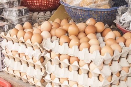 egg cartoon: Una pila de huevo de dibujos animados de color marr�n, en un mercado