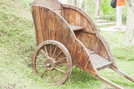 carreta madera: Un marr�n, carro de madera, sobre la hierba verde