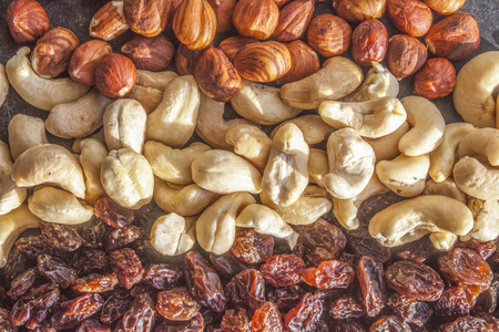 sone: Cashew nuts, between hazelnuts and raisins, on a sone plate