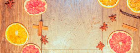 frutas secas: Los frutos secos, an�s estrella y palillos de canela. En el fondo de madera