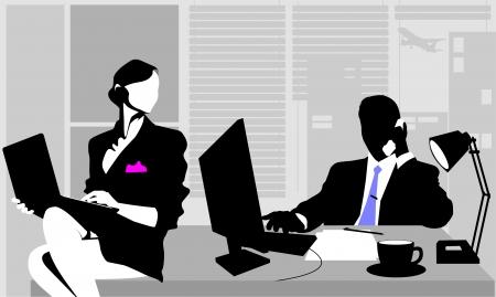 Kantoormedewerkers zitten aan de tafel en het werken op computers;