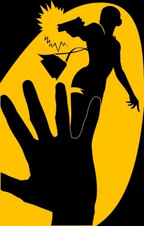 mujer con arma: mujer vestida de negro, con una pistola en la mano