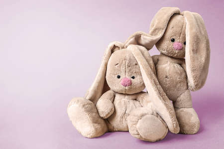 Two soft toys hares together on a bright pink background Banque d'images - 163869577