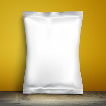 Lege witte verpakking. Sample pakket. Lege sjabloon voor het ontwerp. Netverpakkingen is op de plank. Mockup Foil Voedsel Snack pack, verpakking, wrapper. Plastic Template Pack voor design en branding. gele muur Stockfoto